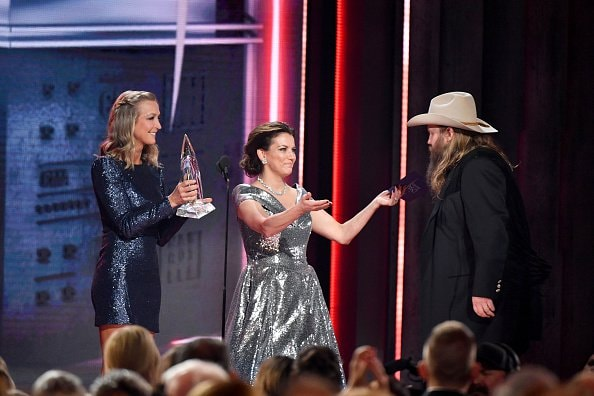 Lara Spencer and Martina McBride present Chris Stapleton with an award onstage during the 52nd annual CMA Awards at the Bridgestone Arena on November 14, 2018 in Nashville, Tennessee.  (Photo by Michael Loccisano/Getty Images)